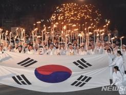"""초대형 태극기 광화문 덮으면 1만명이 """"만세!""""…미리본 3‧1절"""
