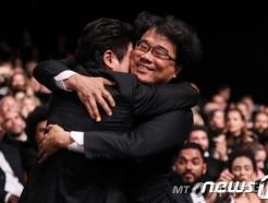 """""""되게 이상한 영화""""… 봉준호 '기생충', 칸 트로피 안았다"""