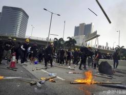 최루탄 재등장-13만명 인간띠 시위…긴장감 커지는 홍콩