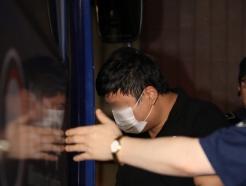 [사진] 검찰 조사 마치고 호송차 오르는 조국 장관 5촌 조카