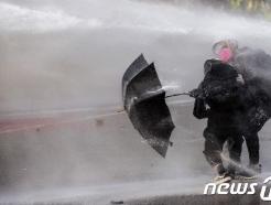 홍콩 시위대가 우산을 가지고 다니는 진짜 이유는?