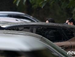 [사진] 차량에 탑승하는 정경심 교수