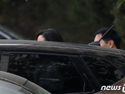 [사진] 차량 향하는 정경심 교수…檢, 조국 소환할 듯