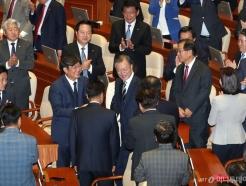 [사진]박수 받는 문재인 대통령