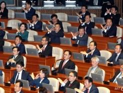 [사진]문 대통령 시정연설에 항의하는 한국당