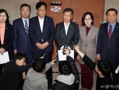 총선 관련 기자회견하는 한국당 초선
