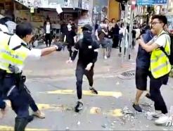 """홍콩 경찰 실탄 사격에 중국 누리꾼 """"머리를 쏴야"""""""