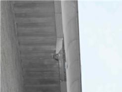 [사진] 맨홀뚜껑 폭발로 파손된 건물 상층부 대리석