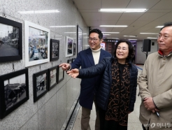 [사진]사진전 관람하는 유승희 의원