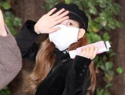 [사진]나연 '마스크 쓰고 인사'