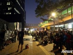 [사진] 홍콩 중앙정부청사 도착한 시민들