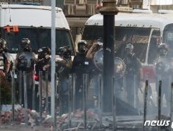 [사진] 이공대학교 앞에서 방패 든 홍콩 경찰