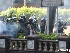 [사진] 홍콩 경찰, 총 들고 홍콩 이공대 진입