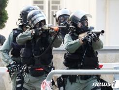 [사진] 학생 조준하는 홍콩 경찰