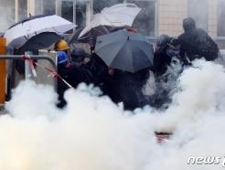 [사진] 취루탄 피하는 홍콩 학생들