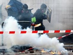 [사진] 최루탄 피해 달려가는 학생들