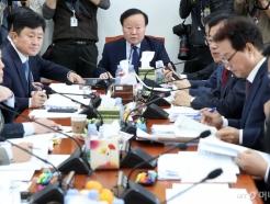 [사진]회의 주재하는 김재원 위원장