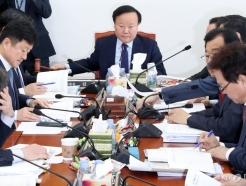 [사진]예산안 등 조정소위원회의 주재하는 김재원