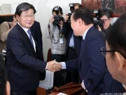 [사진]악수하는 김재원-전해철