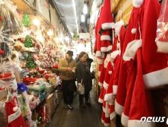 [사진] '발길 사로잡는 화려한 크리스마스 용품'