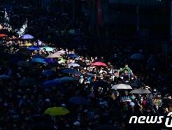 홍콩시위에 80만 운집, 베이징 화들짝…강경책 내놓을 듯