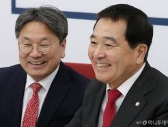 [사진]미소짓는 강기정 수석-심재철 원내대표