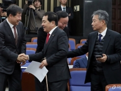 [사진]의원들과 인사 나누는 심재철-김재원