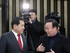 의총 참석하는 심재철-김재원