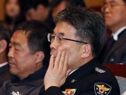 [사진] 얼굴 매만지는 민갑룡 경찰청장