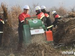 [사진] 농업잔재물 파쇄작업 참여한 김재현 산림청장