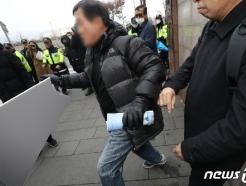 [사진] 수요집회 중단 피켓 발로 차는 시민