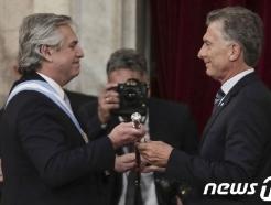 [사진] 전임 대통령으로부터 대통령 봉 건네받는 아르헨 새 대통령