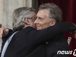 [사진] 포옹하는 아르헨 새 대통령과 퇴임 대통령