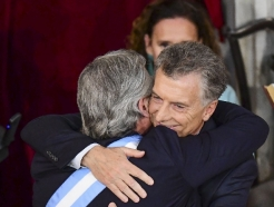 [사진] 포옹하는 아르헨 신, 구 대통령의 '평화적 정권교체'