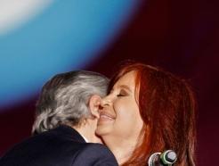 [사진] 감격의 포옹하는 아르헨 새 대통령과 부통령