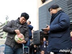 """美대사관 앞 """"해리스 집에 가라~면"""" 퍼포먼스…맞불집회 """"김정은 참수"""""""