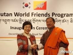 [사진] 악수하는 이미경 코이카 이사장과 부탄 외교부장관