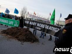 '중구난방'된 유엔 기후총회…환경단체는 말똥으로 격렬 비난