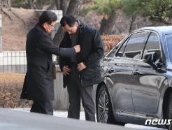 [사진] 옷매무새를 가다듬는 김기현 전 울산시장