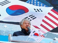 """전광훈 """"헌법이 나 풀어줘…文 내려올 때까지 집회"""""""