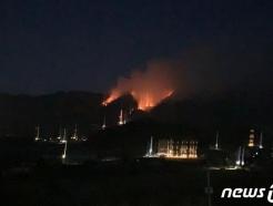 """춘천 신북읍 야산에서 산불…""""야간 진화 난항"""""""