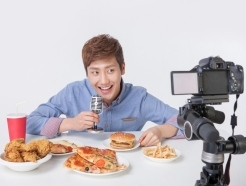 """BJ 따라서 크게 '한입만'""… 폭식 조장하는 먹방?"