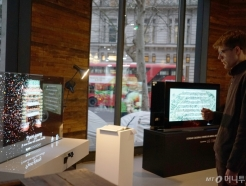 <strong>LG</strong>전자, 英서 문화재 쇼케이스 참여…올레드 활용