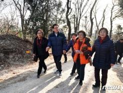 [사진] 지역 주민들과 천장산 숲길 걷는 유덕열 구청장