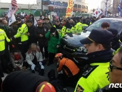 [사진] 부산서 태극기집회 참가자 행진 중 교통사고…7명 부상