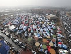 [사진] 시장 주변 도로에 주차된 차량들