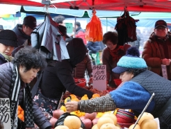 [사진] 설 제수용품 구매하는 시민들