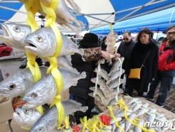 [사진] 설 명절 앞두고 제수용품 사는 시민들