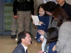 [사진]귀국 축하선물 받는 안철수