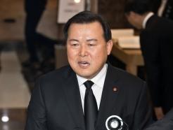 [사진]취재진 질문에 답하는 황각규 부회장